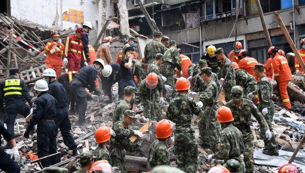 Спасатели на месте обрушения жилых домов в провинции Чжэцзян на востоке Китая. 10 октября 2016