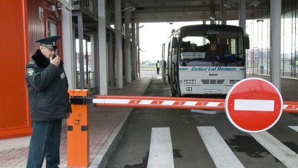 Офицер таможенной службы контролирует работу нового пункта пропуска Шебекино на российско-украинской границе
