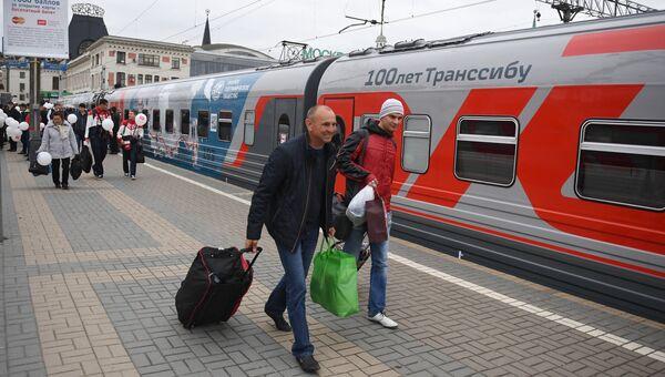 Пассажиры у поезда Россия рейса Москва – Владивосток на перроне Ярославского вокзала в Москве