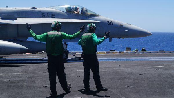 Истребитель F-18 ВМС США на палубе авианосца. Архивное фото