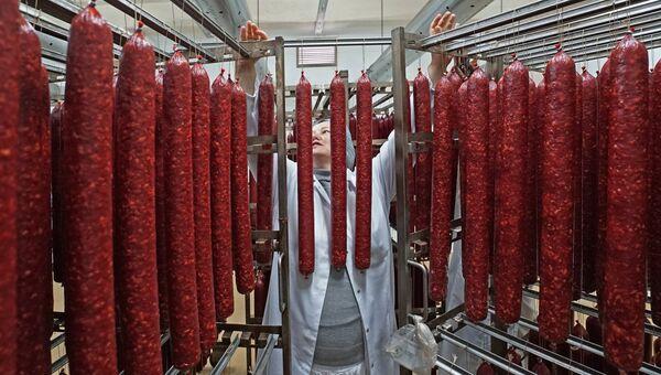 Сотрудник во время производства мясных деликатесов компании Калининградский деликатес