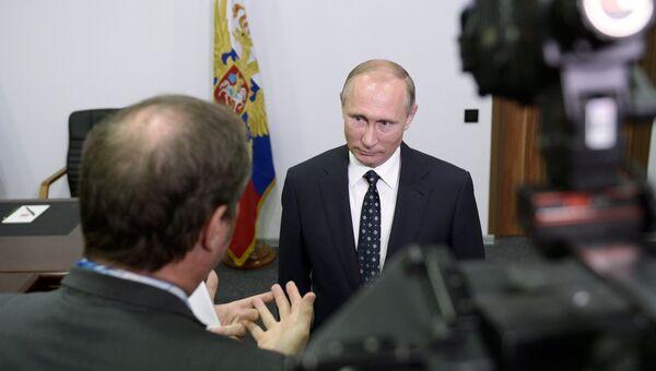 Президент РФ Владимир Путин во время ответов на вопросы французских журналистов телеканала TF1. 11 октября 2016