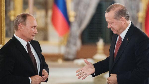 Президент РФ Владимир Путин и президент Турции Реджеп Тайип Эрдоган во время совместного заявления для прессы по итогам встречи в Стамбуле
