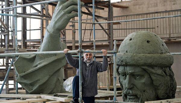 Cкульптор, народный художник Cалават Щербаков у модели памятника Великому князю Владимиру