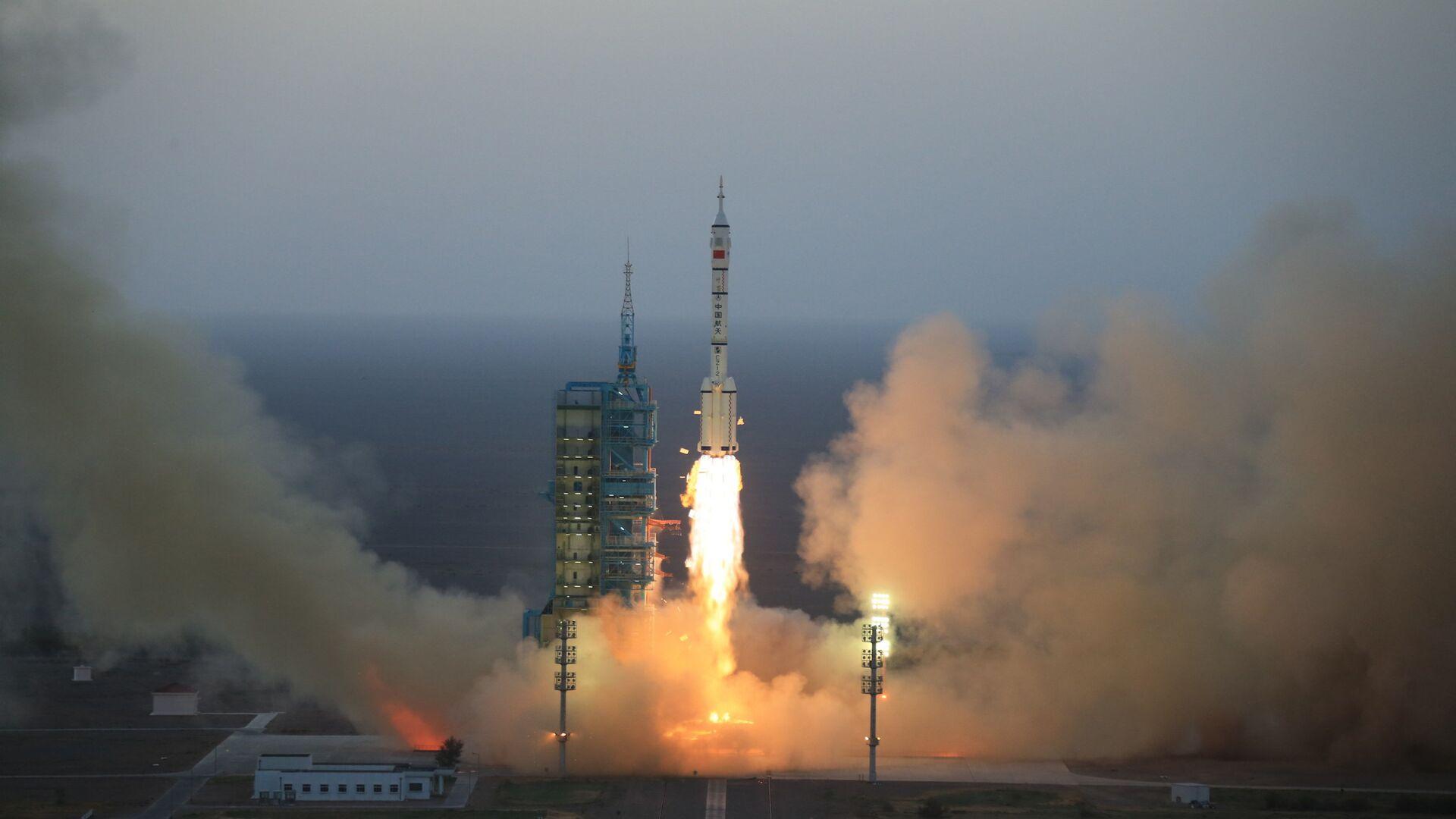 """На севере Китая приземлился спускаемый аппарат корабля """"Шэньчжоу-12"""""""