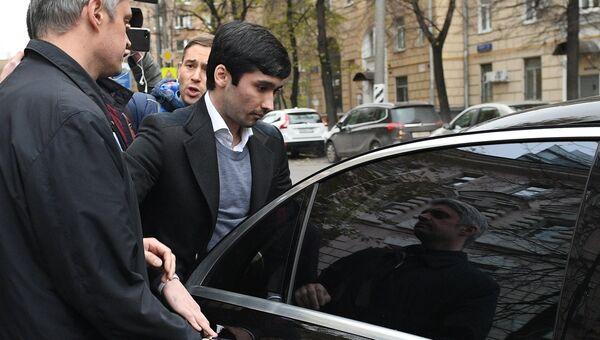 Сын вице-президента Лукойла Руслан Шамсуаров после оглашения приговора у здания Гагаринского суда Москвы. Архивное фото