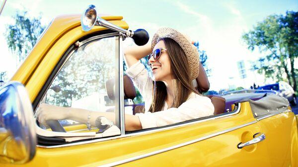 Девушка в кабриолете
