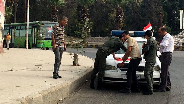 Сотрудники полиции готовятся к выходу мирных граждан и боевиков из восточного Алеппо