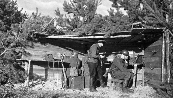 Связисты Красной Армии на командном пункте