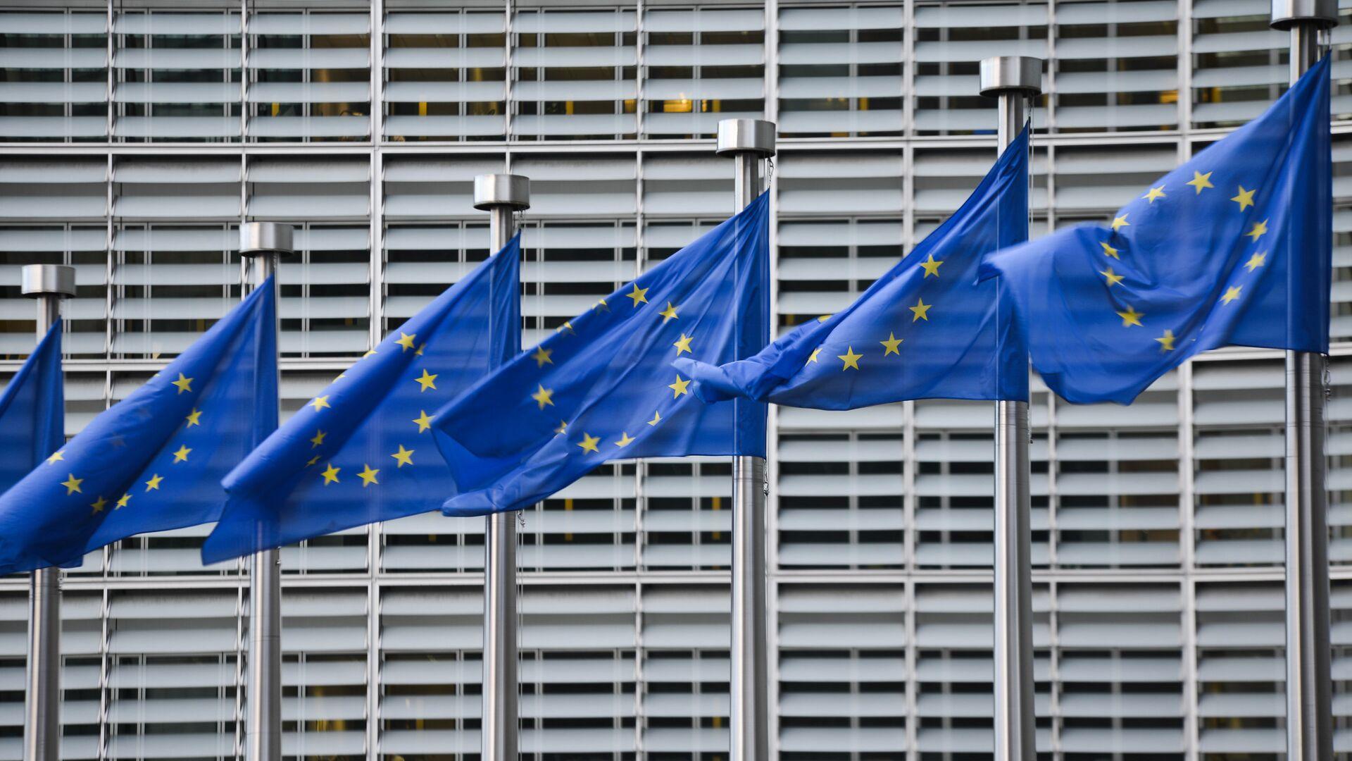 Флаги Евросоюза у здания штаб-квартиры Европейской комиссии в Брюсселе - РИА Новости, 1920, 10.09.2020
