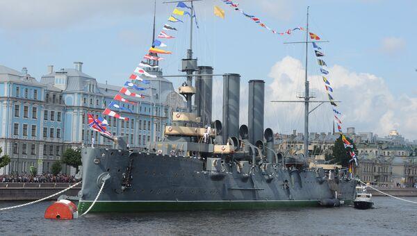 Крейсер Аврора у набережной Невы в Санкт-Петербурге