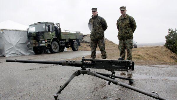 Военнослужащие блока НАТО возле пулемета Браунинг М-2 в Латвии. Архивное фото