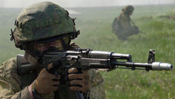 Военнослужащий подразделения специального назначения во время испытаний на право ношения голубого берета на базе учебного центра 3-й отдельной бригады спецназа ГРУ в Самарской области