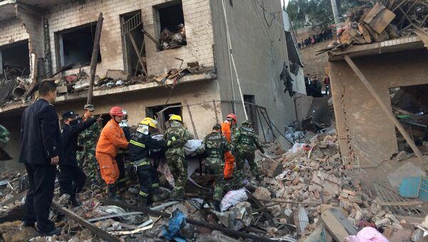 Спасатели на месте взрыва в здании в провинции Шэньси. 24 октября 2016