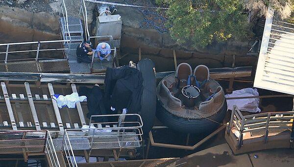 Аварийные службы в детском тематическом парке в Австралии после аварии на аттракционе Thunder River Rapids. Архивное фото