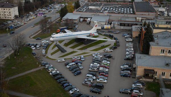 Памятник самолету Ил-62М возле аэропорта Шереметьево