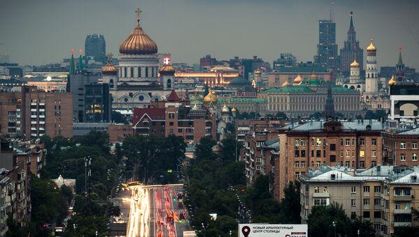 Автомобильное движение по Комсомольскому проспекту в Москве. Архивное фото