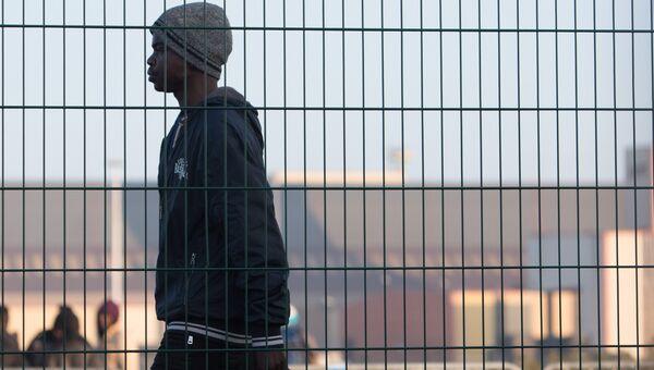 Беженец в специально организованном центре по распределению мигрантов CAO рядом с лагерем Джунгли в Кале во Франции