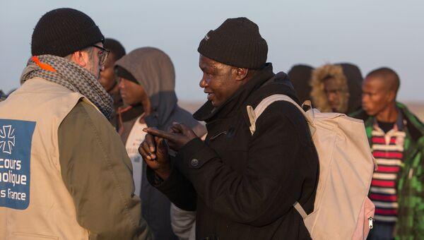 Беженцы в специально организованном центре по распределению мигрантов CAO рядом с лагерем Джунгли в Кале во Франции