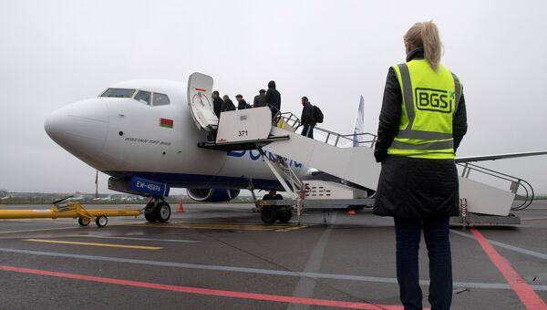 Пассажиры во время посадки в самолет в Международном аэропорту Жуковский. Архивное фото