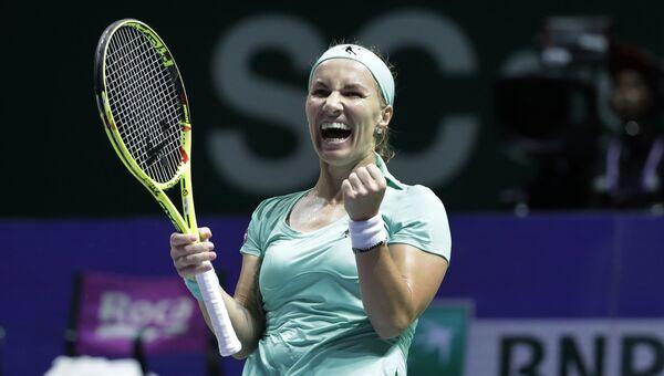 Светлана Кузнецова празднует победу над Каролиной Плишковой из Чехии в матче итогового турнира Женской теннисной ассоциации (WTA) в Сингапуре. 26 октября 2016
