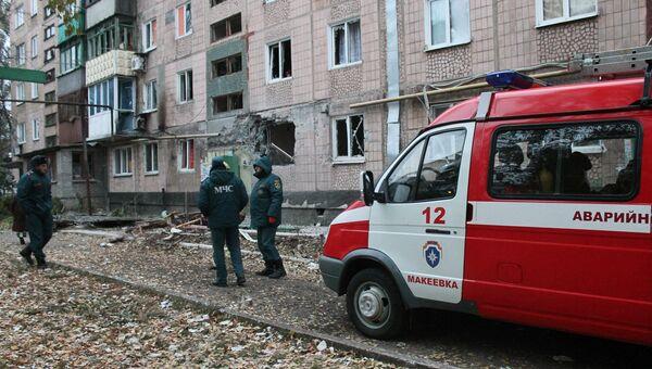 Сотрудники МЧС у жилого дома, пострадавшего в результате обстрела украинскими силовиками, в Макеевке