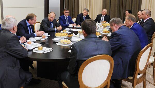 Владимир Путин во время встречи с представителями сельхозпредприятий Краснодарского края. 28 октября 2016