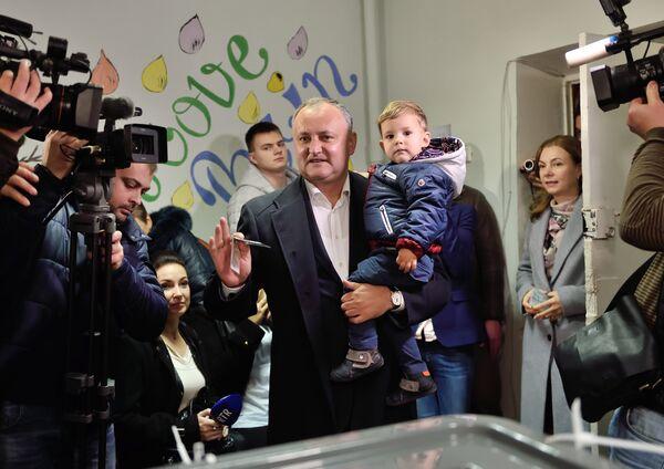 Лидер социалистов Молдовы Игорь Додон на президентских выборах в Кишиневе