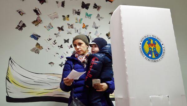 Женщина во время президентских выборов в Кишиневе. Архивное фото