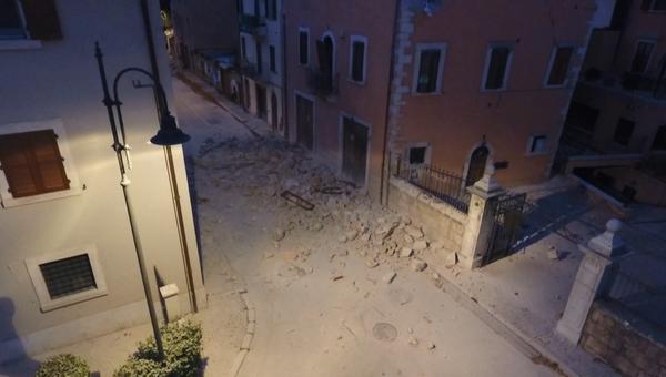 Разрушенные здания и пустынные улицы – последствия землетрясения в Италии