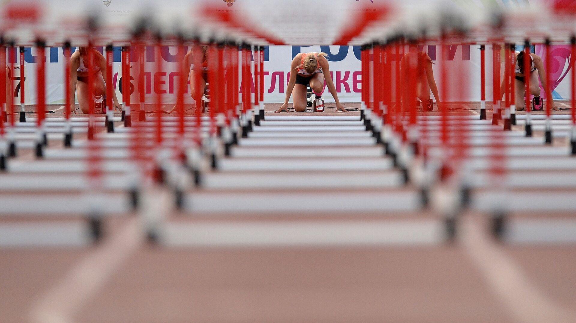 Участницы соревнований в беге на 100 метров с барьерами на чемпионате России по легкой атлетике в Чебоксарах - РИА Новости, 1920, 07.03.2021