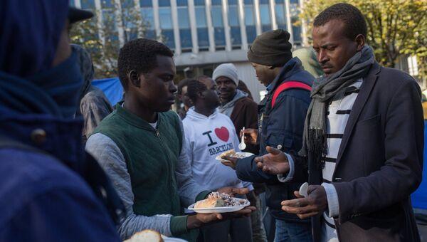 Раздача еды в лагере мигрантов в районе Сталинград в Париже. 31 октября 2016