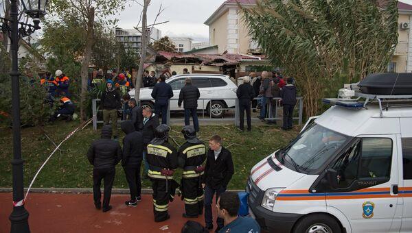 Сотрудники МЧС России у места падения вертолета на крышу частного жилого дома в Адлерском районе Сочи