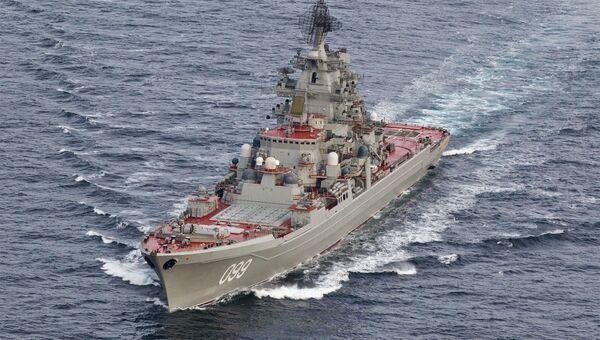 Тяжелый атомный ракетный крейсер Петр Великий во время прохода авианосной группы Северного флота России в Норвежском море