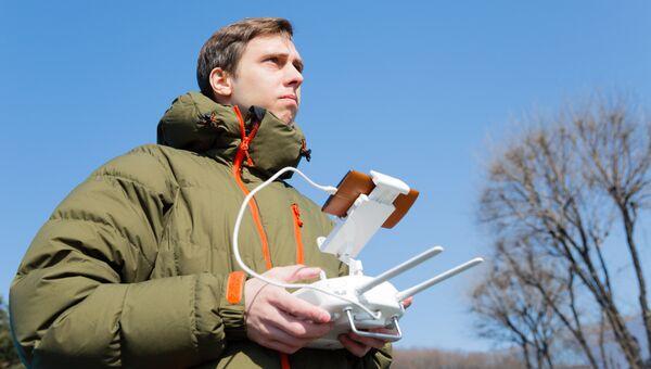 Мужчина управляет беспилотным летательным аппаратом. Архивное фото