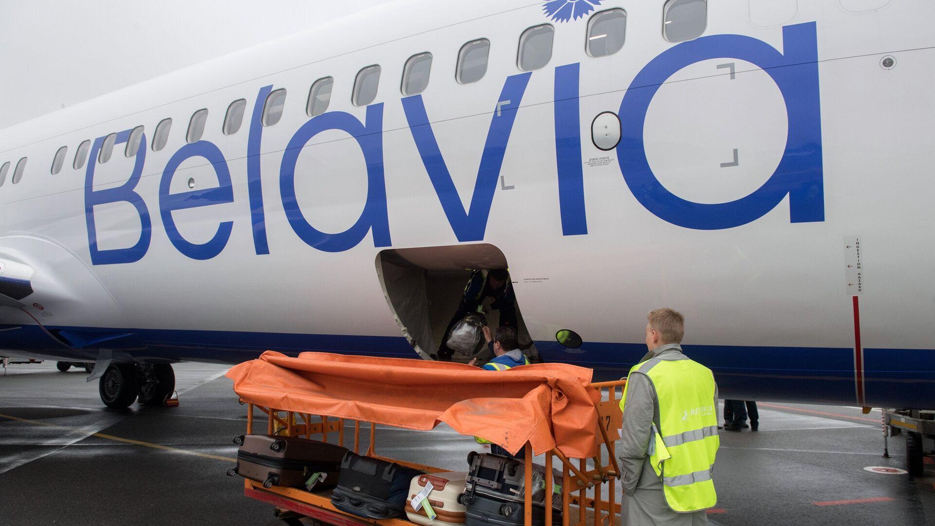 Сотрудники Международного аэропорта Жуковский загружают чемоданы пассажиров в багажный отсек самолета белорусской авиакомпании Белавиа - РИА Новости, 1920, 22.09.2020