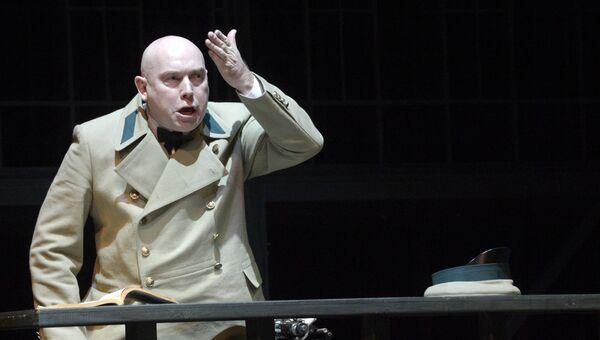 Актер Виктор Сухоруков в сцене. Архивное фото