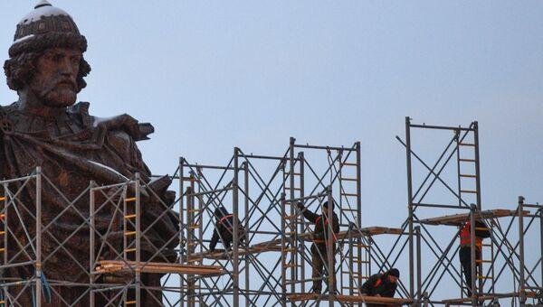 Продолжается демонтаж строительных лесов около памятника князю Владимиру на Боровицкой площади