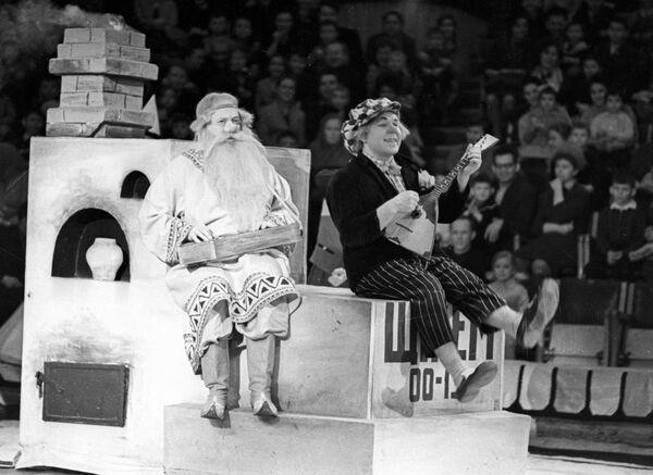 Народный артист РСФСР, клоун Олег Попов выступает на арене Московского цирка с программой Царевна Несмеяна