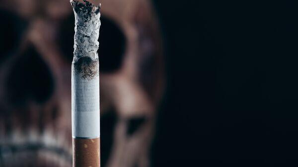 Сигарета на фоне черепа