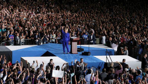Кандидат в президенты США от Демократической партии Хиллари Клинтон во время встречи со своими сторонниками. 2 ноября 2016 года