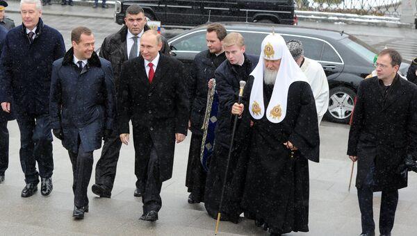 Владимир Путин, Дмитрий Медведев и патриарх Кирилл на церемонии открытия памятника князю Владимиру
