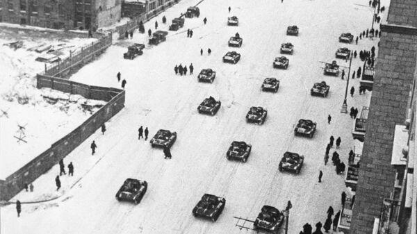 Танки направляются на фронт после военного парада на Красной площади