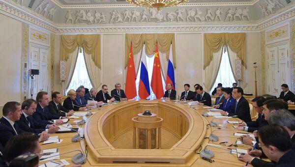 Дмитрий Медведев и премьер Госсовета КНР Ли Кэцян во время 21-й регулярной встречи глав правительств России и Китая в Санкт-Петербурге. 7 ноября 2016
