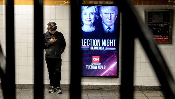 Плакат с анонсом прямой трансляции выборов президента США на станции метро Нью-Йорка