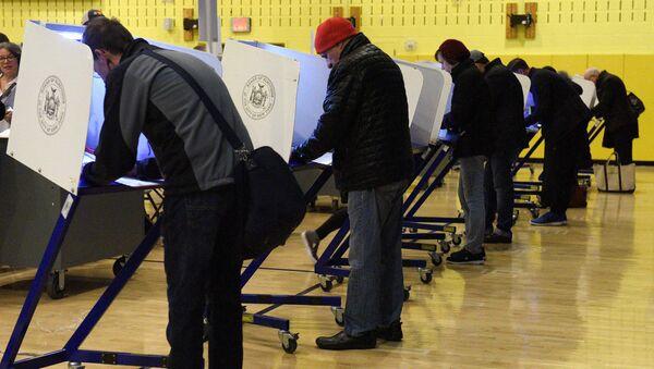 Голосование на одном из избирательных участков в Нью-Йорке, США