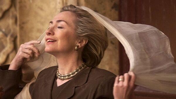 Хиллари Клинтон надевает шарф перед посещением Цитадели Салах ад-Дина в Каире, Египет. 21 марта 1999
