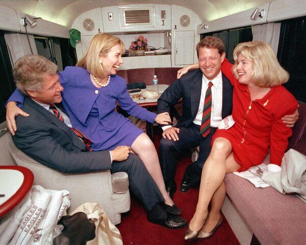 Хиллари Клинтон со своим мужем Биллом Клинтоном, Альбертом Гором и его женой Типпер, во время короткого отдыха на своем автобусе в Дареме, штат Северная Каролина. 26 октября 1992