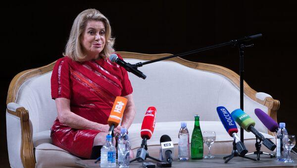 Французская актриса Катрин Денев во время брифинга в Московском международном Доме музыки