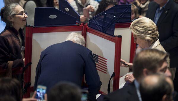 Бывший президент США Билл Клинтон и кандидат в президенты США Хиллари Клинтон во время голосования на избирательном участке в Нью-Йорке